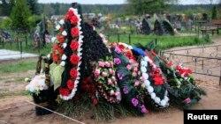 Сьвежая магіла на могілках у Выбутах, Пскоўская вобласьць, 27 жніўня 2014