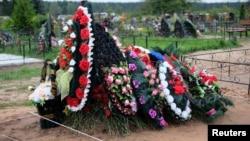 Нещодавно вирита могила на кладовищі в селі Вибуте, Псковська область, 27 серпня 2014 року