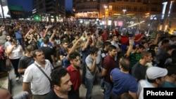 Митингующие намереваются теперь каждый день, в семь вечера по ереванскому времени собираться на площади Свободы для координации своих дальнейших действий