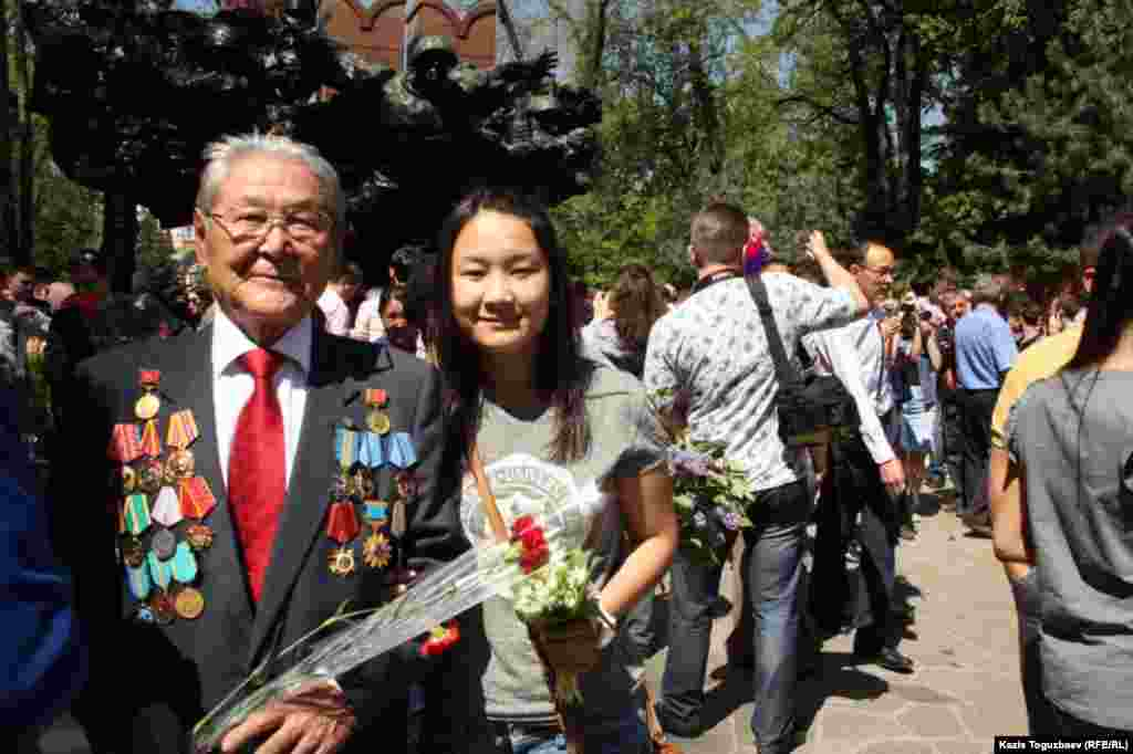 Серикболсын Абдильдин, бывший лидер Компартии Казахстана, с внучкой. Алматы, 9 мая 2014 года.