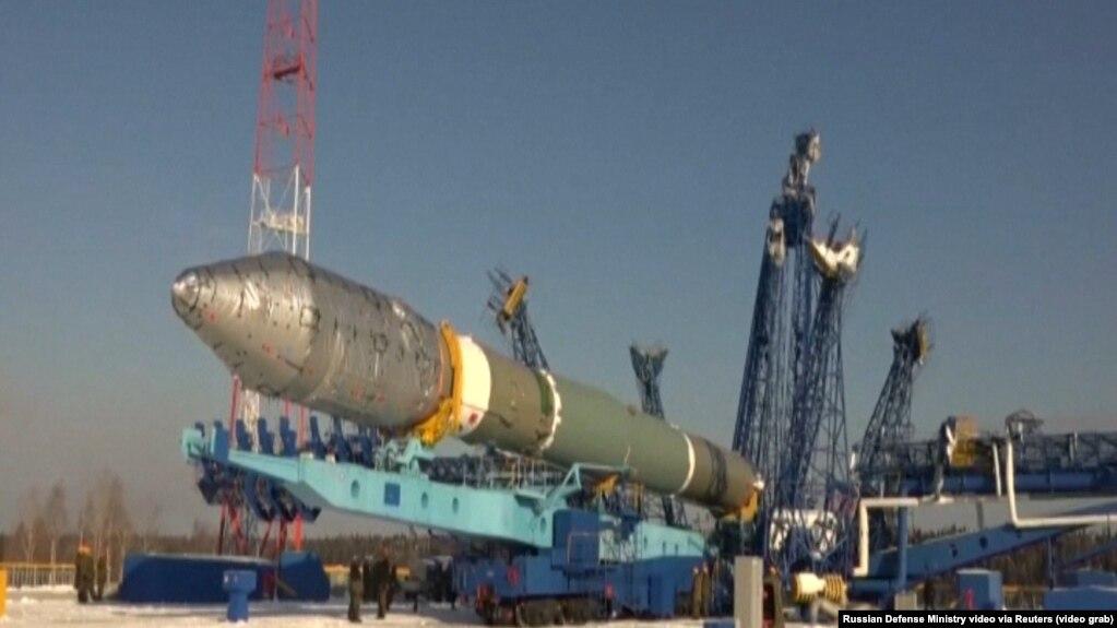 Подготовка к запуску военного спутника на космодроме Плесецк (иллюстративное фото)