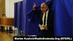 Андрій Парубій під час голосування на позачергових парламентських виборах