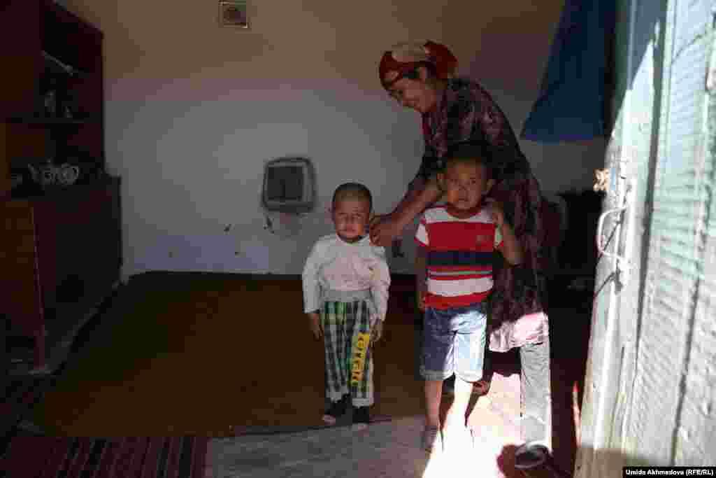 Самара с детьми.У нее трое детей, младшая девочка в момент, когда пришла репортер Азаттыка, спала.