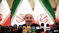 حسن روحانی در پاسخ به پرسشی مربوط به بازگشایی انجمن صنفی روزنامهنگاران ایران گفته است که انجمنهای صنفی «بهترین راه برای اداره مسائل جامعه» است و او تلاش میکند که اداره امور جامعه به دست انجمنها و اصناف بیفتد.