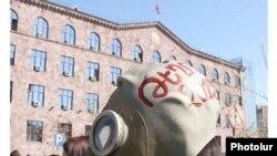 Բնապահպան ակտիվիստների բողոքի ցույցը Վարչական դատարանի շենքի մոտ: 23-ը մարտի, 2010թ.