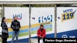 Плакати за парламентарните избори на автобуска станица во Косово