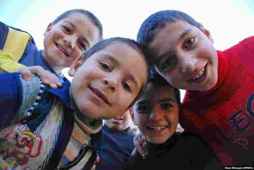 Дети в одном из дворов города Алаверди