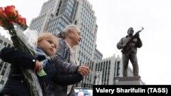 Открытие памятника Калашникову в Москве