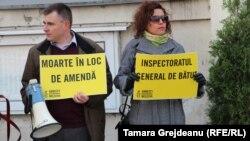 Reprezentanţii Amnesty International Moldova au protestat la Inspectoratului General al Poliţiei după decesul lui Andrei Brăguţă