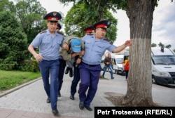 Полицейские задерживают мужчину в центре Алматы, где ожидался незаконный митинг. 10 июня 2019 года.