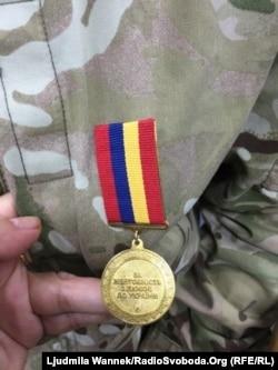 Ян пишається своєю медаллю «За жертовність і любов до України». Цією медаллю нагороджуються люди, які проявили активну громадянську позицію, героїзм, самопожертву під час подій Революції гідності, у захисті України на Донбасі та в Криму, а також за волонтерську діяльність