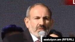 И. о. премьер-министра Армении, лидер блока «Мой шаг» Никол Пашинян во время предвыборной агитации в Чамбараке, 29 ноября 2018 г.