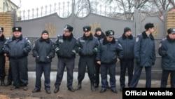 Полицейские стоят у ворот колонии, где сидит Юлия Тимошенко. Харьков, Украина, 6 января 2012 года.