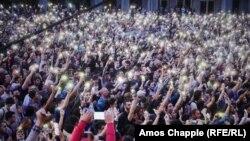 Акция, начавшаяся вчера как стихийный митинг, сегодня все больше похожа на полноценный акт гражданского неповиновения