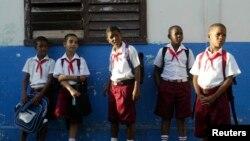Кубинские школьники в Гаване. 1 сентября 2009 года.