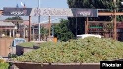 Armenia - Farmers deliver grapes to a brandy distillery in Ararat province, 9Sep2013.