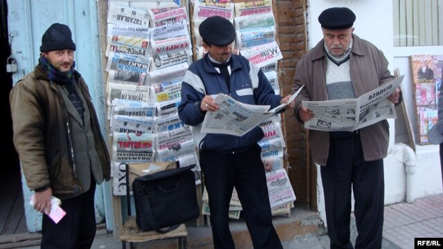 Men read Azerbaijani newspapers in the town of Sheki. (file photo)