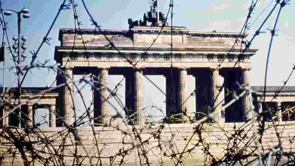 Вид на Бранденбургские ворота сквозь проволочные заграждения. Июнь 1968 года