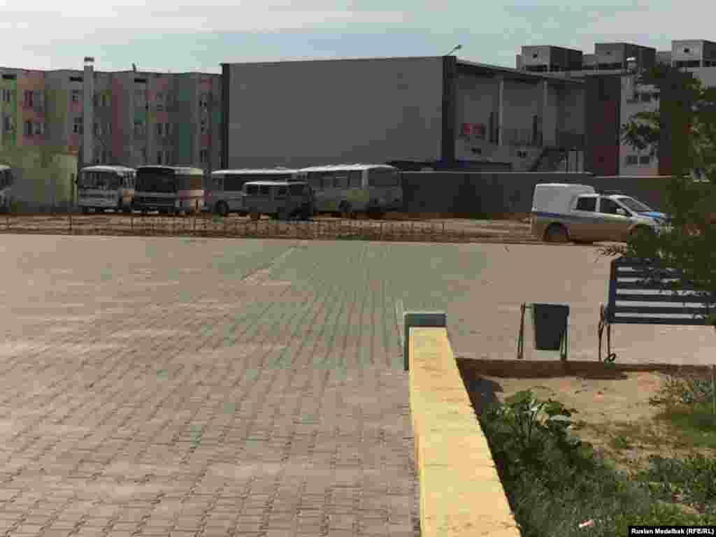 В городе Жанаозен Мангистауской области к 10 часам утра площади все еще пустовали.
