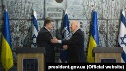 Президент України Петро Порошенко (ліворуч) та президент Ізраїлю Реувен Рівлін. 22 грудня 2015 року