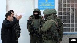Російські військові без прикметних знаків блокують українську військову частину у Криму, 3 березня 2014 року