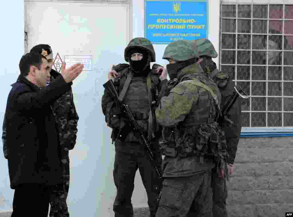 Акъярда (Севастополь) Украина хәрби базасы янына килгән кораллы кешеләр.