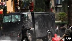 Судири на демонстрантите и полицијата во Тирана