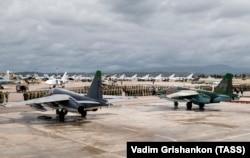 Российские самолеты и военнослужащие на авиабазе Хмеймим. 2016 год