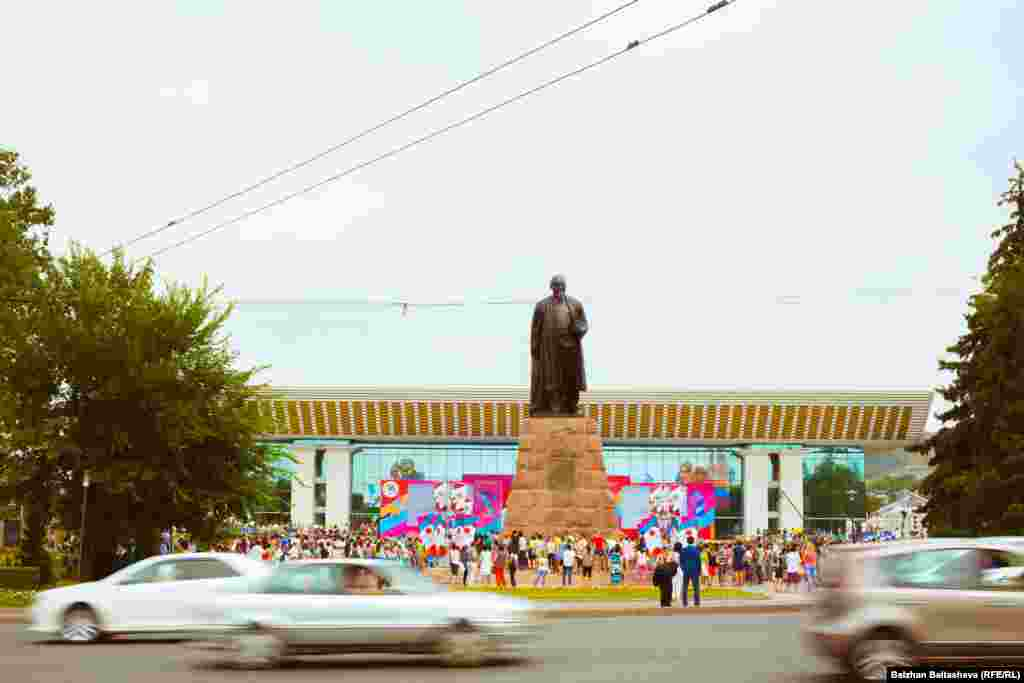 Решение Международного олимпийского комитета, какой город получит право на проведение зимних Олимпийских игр 2022 года - Алматы или Пекин, в Алматы ждали у телеэкрана на площади перед Дворцом Республики.