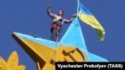 Прапор України на висотці у Москві