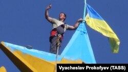 Флаг Украины на высотном здании в Москве. 20.08.2014