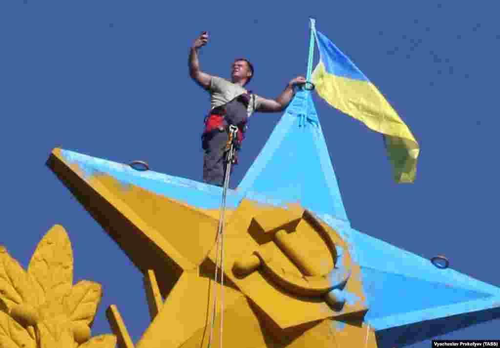Флаг Украины на высотке на Котельнической набережной в Москве