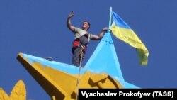 Звезда на высотке в цветах украинского флага
