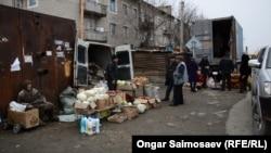 Люди продают овощи и фрукты. Байконур, 4 декабря 2015 года.