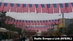 Prishtina në Ditën e Falënderimeve e dekoruar me flamuj amerikan (Foto nga arkivi)