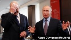 Президент Беларуси Александр Лукашенко и президент России Владимир Путин (справа). Сочи, 15 февраля 2019 года.
