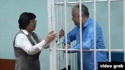 Экс-президент Кыргызстана Роза Отунбаева и арестованный оппозиционный политик Омурбек Текебаев. Бишкек, 22 июня 2017 года.