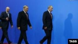 Президент Беларуси Александр Лукашенко, президент Казахстана Нурсултан Назарбаев и президент России Владимир Путин (слева направо) после церемонии подписания совместных документов по итогам заседания Высшего Евразийского экономического совета (ВЕЭС) на уровне глав государств во Дворце независимости. Астана, 29 мая 2014 года.