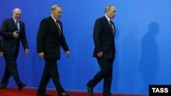 (Cолдон оңго) А. Лукашенко, Н. Назарбаев, В. Путин Евразия экономикалык союзу жөнүндө келишимге кол коюшкандан кийин. Астана, 29-май, 2014.