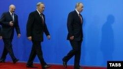Президент Беларуси Александр Лукашенко, президент Казахстана Нурсултан Назарбаев и президент России Владимир Путин (слева направо) после церемонии подписания совместных документов о создании Евразийского экономического союза. Астана, 29 мая 2014 года.