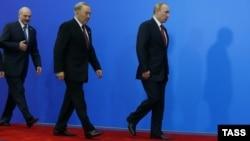 Слева направо: президент Беларуси Александр Лукашенко, президент Казахстана Нурсултан Назарбаев и президент России Владимир Путин после подписания совместных документов по итогам заседания Высшего Евразийского экономического совета. Астана, 29 мая 2014 года.