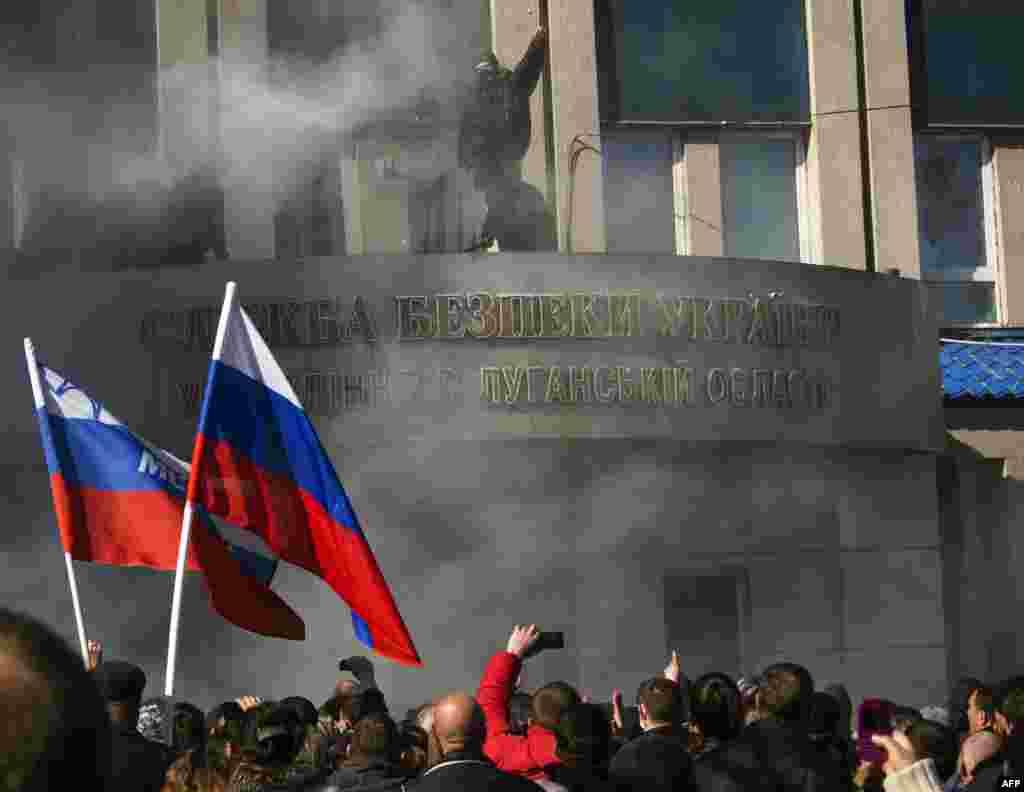 حمله نیروهای حامی روسیه به ساختمان اداره اطلاعات و امنیت اوکراین در شهر لوهانسک