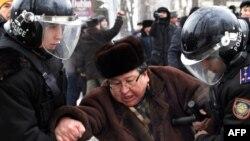 Полицейлер Жаңаөзен оқиғасына орай өткен шеруге қатысқан Серік Сапарғалиды әкетіп барады. Алматы, 17 желтоқсан 2011 жыл.