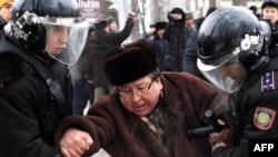 Полицейские задерживают гражданского активиста, который выступал против действий властей в Жанаозене. Алматы, 17 декабря 2011 года.