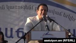 Лидер партии «Процветающая Армения» Гагик Царукян выступает на публичном мероприятии (архив)