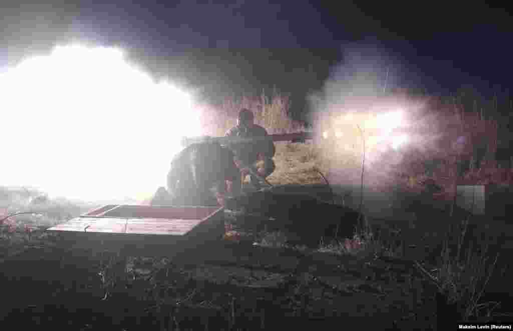 Українські військовослужбовці стріляють із СПГ під час нічного бою поблизу Зайцевого у Донецькій області, 10 січня 2018 року. БІЛЬШЕ ПРО ЦЕ: Троє українських військових загинули, ще троє поранені за минулу добу на Донбасі – штаб
