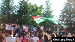 Свое умение танцевать брейк-данс во дворе армянской школы в селе Гумиста демонстрировали около 30 танцоров из трех групп: младшей – от 6 до 8 лет, средней – от 9 до 14 лет и старшей – от 14 до 17 лет