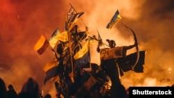 Пам'ятник засновникам Києва на майдані Незалежності під час Революції гідності. Київ, 18 лютого 2014 року