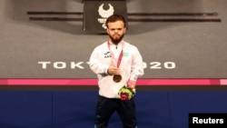 Токиодағы паралимпиада ойындарында пауэрлифтингтен чемпион атанған қазақстандық Давид Дегтярев марапаттау рәсімі кезінде. Токио, 26 тамыз 2021 жыл.