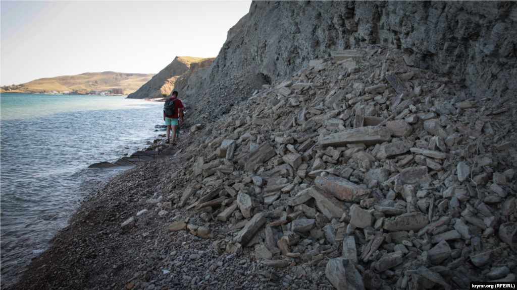 Рельеф берега постоянно меняется. Обильные осадки спровоцировали обвалы серой глины, из которой состоят прибрежные холмы. Спрессованные временем отложения серой глины (кила) неплодородны. За них могут уцепиться разве что каперсы
